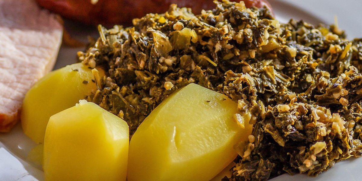 Teller mit Grünkohl, Kartoffeln und Fleisch