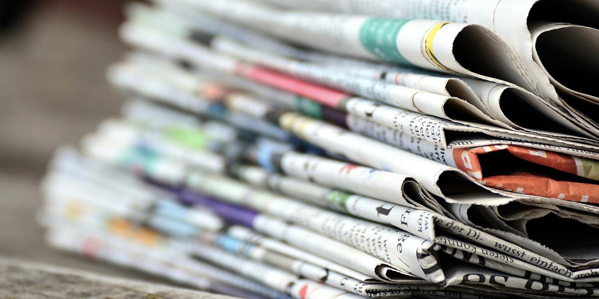 Zeitungsstapel Ausschnitt